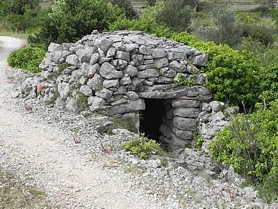 Trim by a wall in the Stari Grad Plain