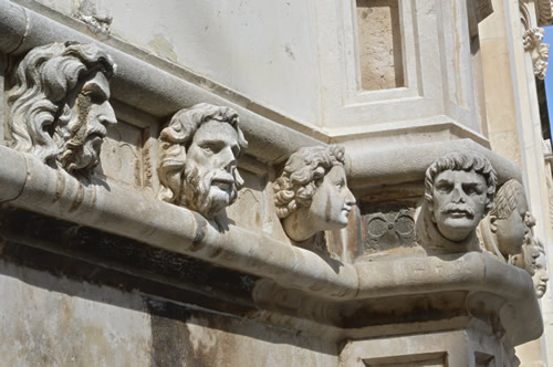 Heads of local townsfolk on the cathedral