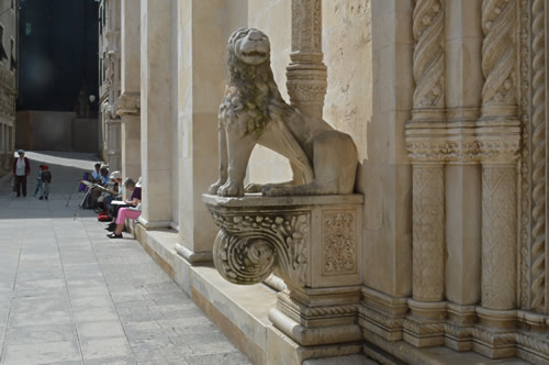 Lion portal and artists at work